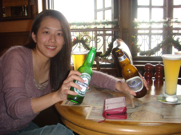 雖然已經是冬天,曬太陽曬得有些熱,啤酒是最好的解渴飲品