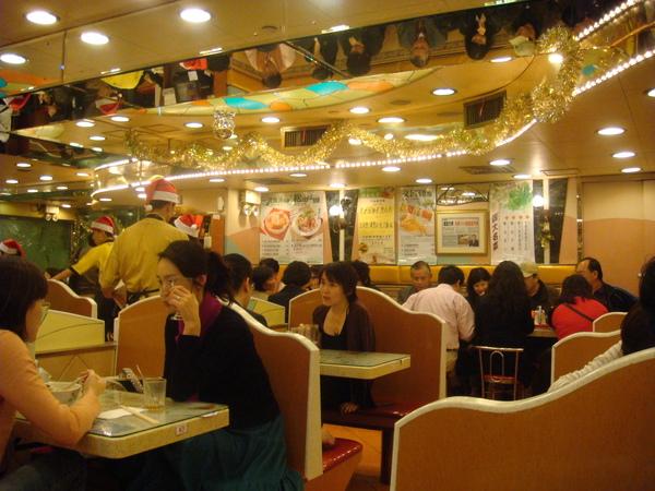 翠華餐廳-這也是一家很值得推薦的餐廳,菜色超豐富,口味還不錯,人潮川流不息