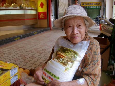 SV400211_80幾歲阿婆,靠買菜維生.jpg