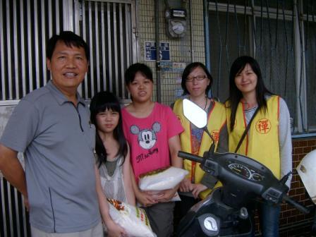 SV400238_一家四口,爸爸腦開過刀,兩個女兒要養,只有媽媽一個人賺取微薄收入.jpg