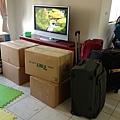 待了三個月,買了七大箱行李