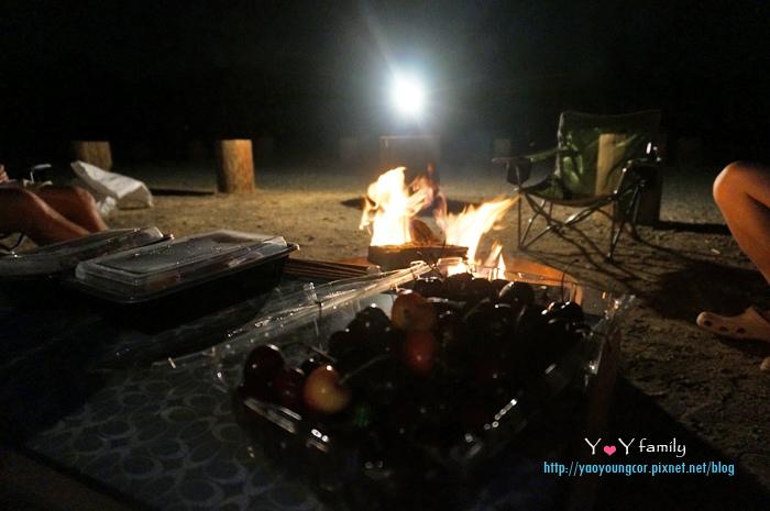 圍著營火聊天、吃水果