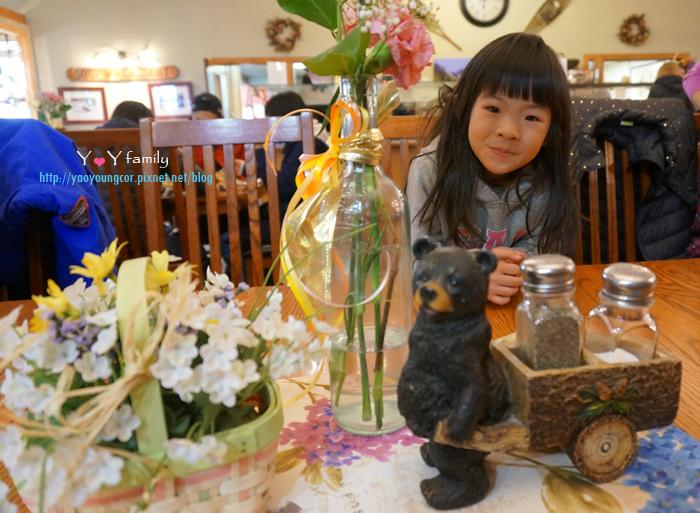 晚餐桌上的小熊