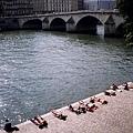 在賽納河畔做日光浴的人們