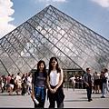 羅浮宮入口的玻璃金字塔