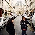在巴黎巷弄間,一不小心就會踩到狗屎