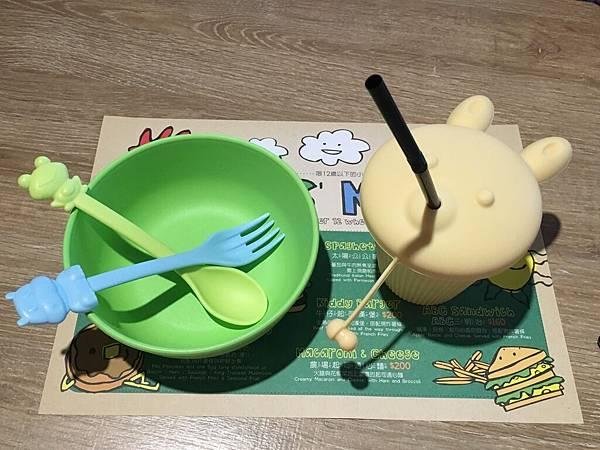 現在兒童餐具都流行這一類的?