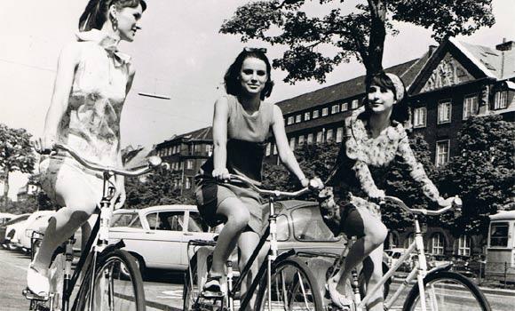 一群穿著夏裝的女孩正騎著單車-1950年,哥本哈根