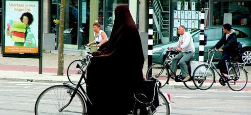 一位荷蘭外來移民正在騎單車
