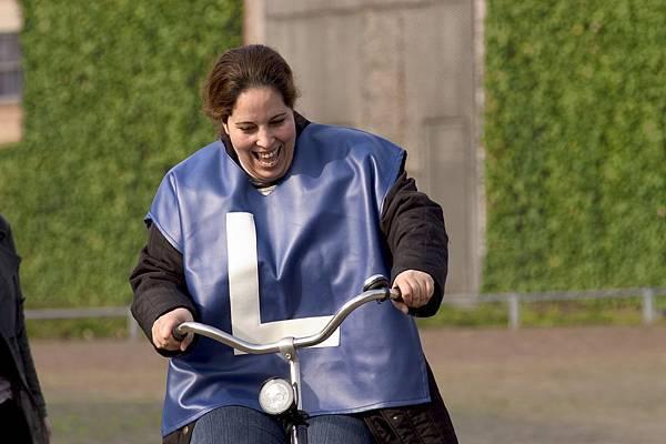 一位正在學習單車的女性,L是學習者的意思