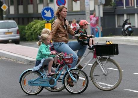 母親帶著孩子騎單車