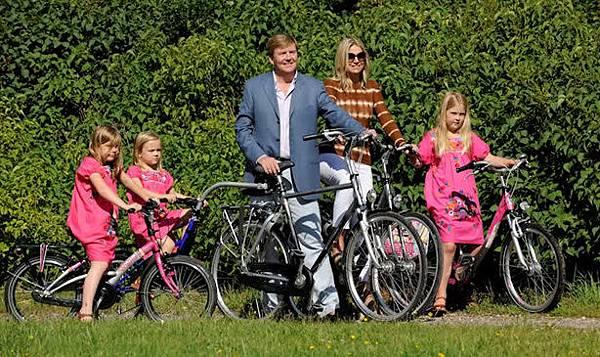 正在騎單車的皇室一家