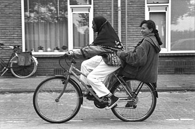 來自索馬利亞和摩洛哥的女孩共乘一輛單車