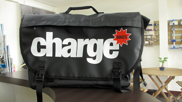 charge 郵差包正面