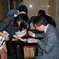 老師幫同學在護照上簽名.jpg