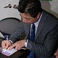 老師幫同學在護照上簽名1.jpg