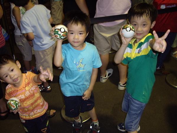 這三個小孩...玩的很快樂的耶...