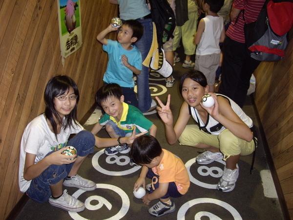 不是三個小孩玩的快樂,是五個都玩的很快樂拉...