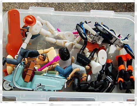 這群年紀平均都有三十的人出門還帶玩具耶..