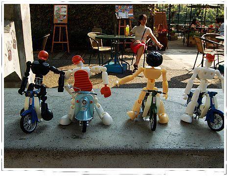 機器人騎機車.