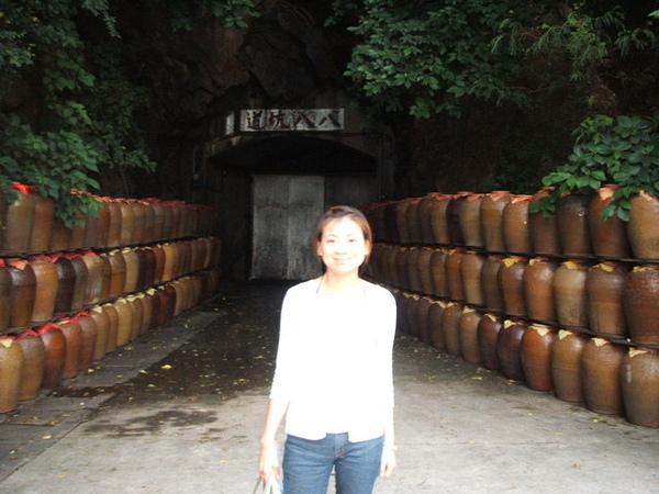 這裡就是有名的八八坑道酒窖..好酒都是從這出爐的...