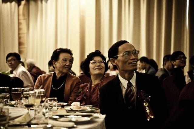 2010年12月4日 台中僑園,雅雯結婚,看著影片。
