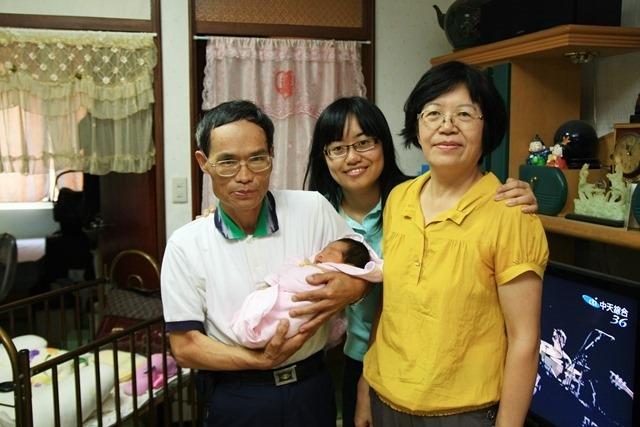 2010年10月14日 台中,第一次抱孫子。