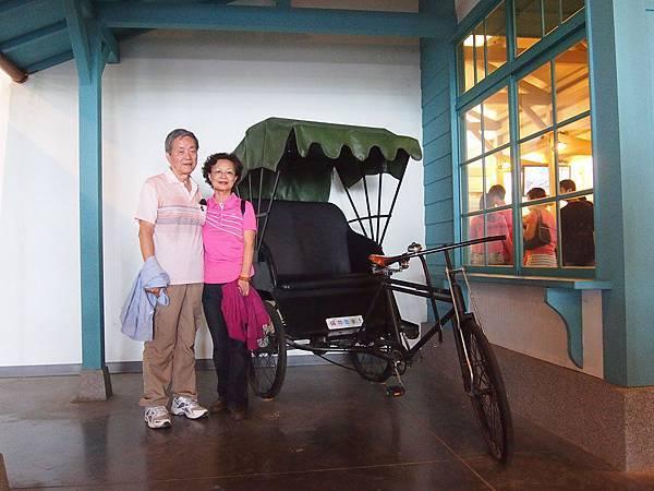 07-老爸老媽三輪車前合照