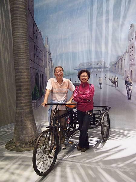 28-爸媽三輪車前合照又一張