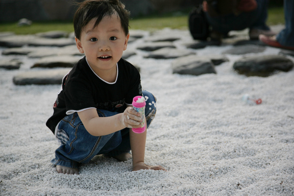 明明是吹泡泡的罐子居然被拿來裝石頭.JPG