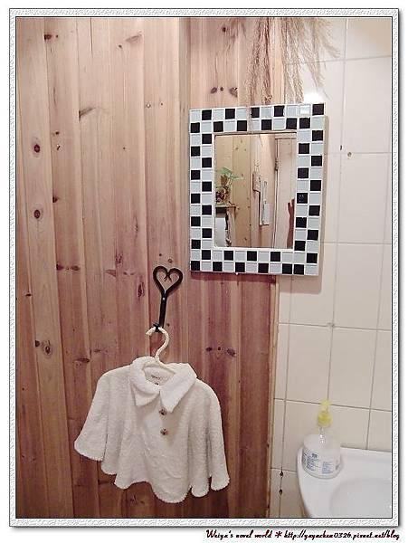 可愛的小鏡子旁邊還有一件小衣服。(擦手的嗎?