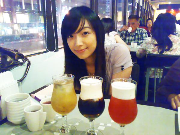 三杯不同顏色的飲料