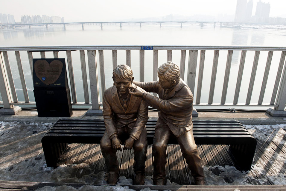 samsung-bridge-of-life-statues