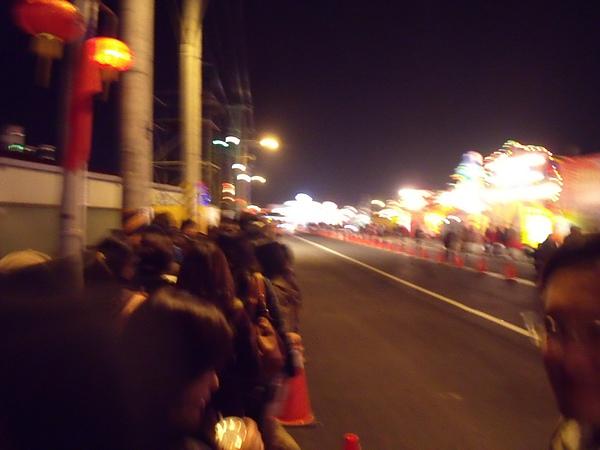 回家撘接駁車,排滿了人潮,以經排到下一個路口