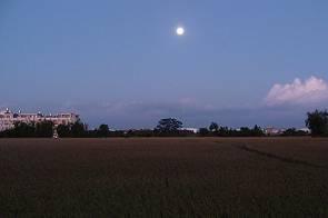 車子在夜晚行駛時,為什麼月亮會緊追在後?