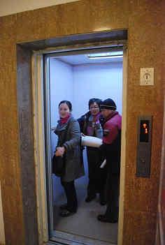 電梯太少人太多?