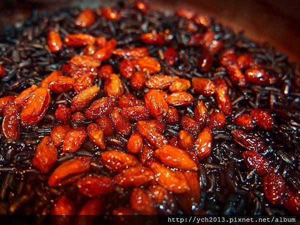 黑米紅藜麵包(2).JPG