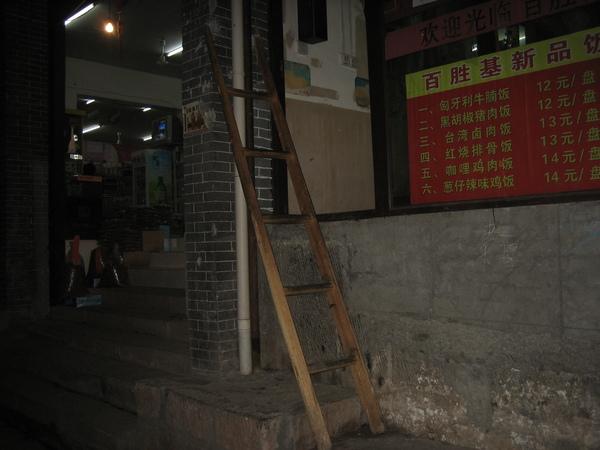 餐廳入口 --- 要爬這梯子才能進入