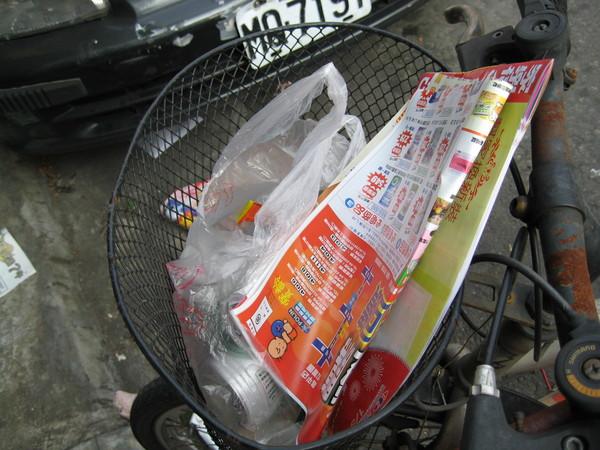 有籃子的腳踏車 放在路旁都會成為垃圾筒