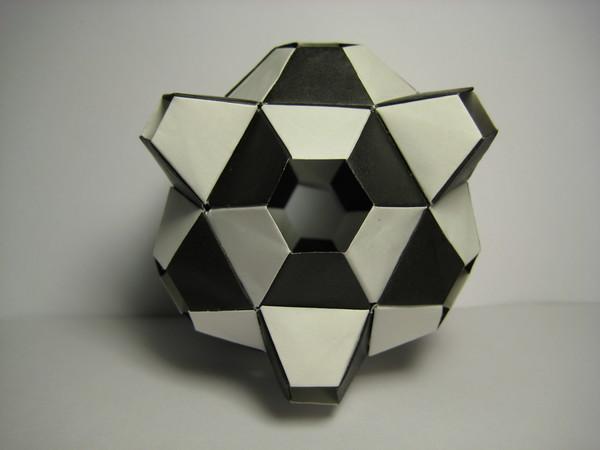 摺紙- 黑白郎君(用七十二張黑白正方形紙摺成)