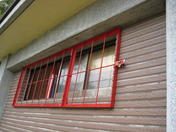 新蓋好的建築 (鋁窗用鐵窗加鎖保護)