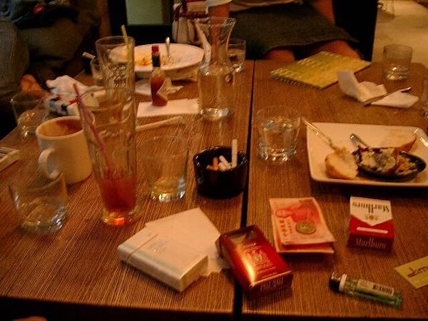 2003年-艷遇茶敘~杯盤狼藉的桌面