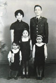 朱西甯、劉慕沙與三姊妹 - 一九六二年,左起:天衣兩歲、天文六歲、天心四歲。圖/朱天文提供.jpg
