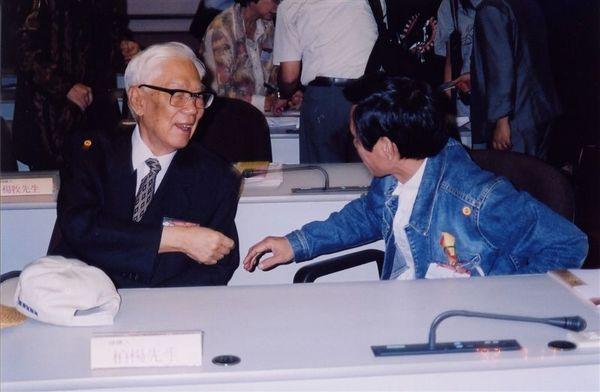 盛師與柏楊先生相談甚歡(五四文學獎)