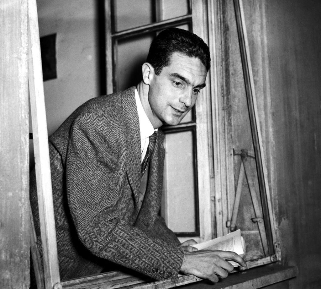伊塔羅.卡爾維諾(Italo Calvino,1923年10月15日-1985年9月19日)義大利作家。他的奇特和充滿想像的寓言作品使他成為二十世紀最重要的義大利小說家之一。