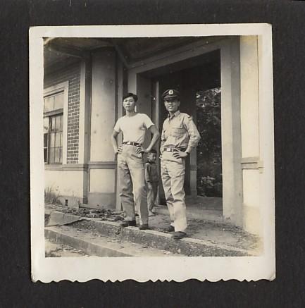 圖:父親(左一)在祖厝的門牌樓前