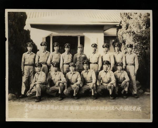 父親(前排左三)入伍訓練合照 攝於460517