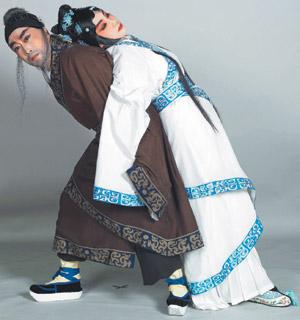 背著女兒(右,趙群飾)的落魄弄臣(李寶春飾)。