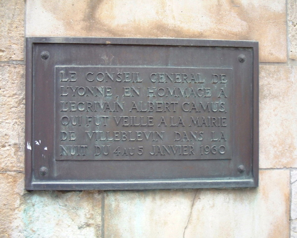 "Albert Camus 卡繆紀念碑上的銅牌 The plaque reads:""From the Yonne area's local council, in tribute to the writer Albert Camus who was watched over in the Villeblevin town hall in the night of 4 January – 5 January 1960."""