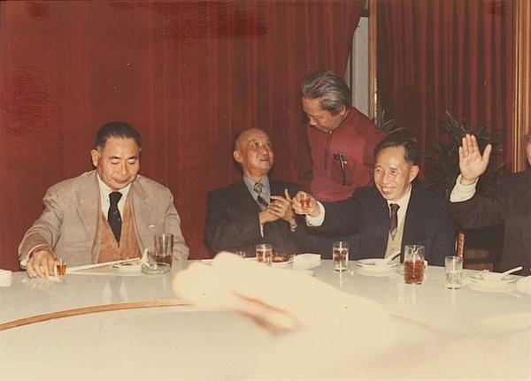 文友聚餐,左起林衛道、陳火泉、龍瑛宗 1982年